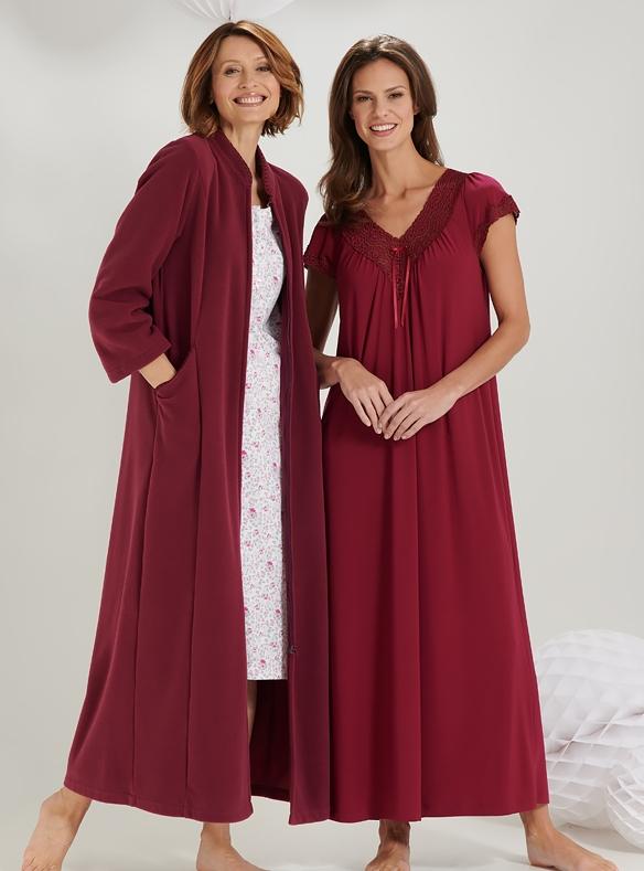 Fleecemantel und Nachtkleid aus Spitze
